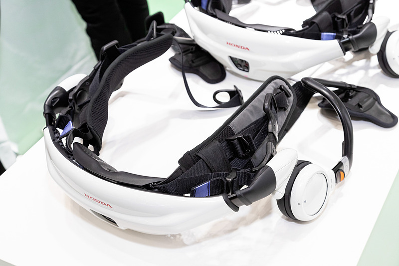 腰部に付いている2個のモーターが太ももの動きをサポートする「Honda 歩行アシスト」