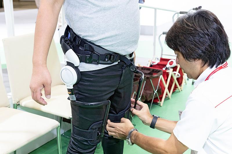 装着方法はベルトを巻くように、本体を腰に巻いて左右の膝上をバンドで固定するだけという簡単なもの