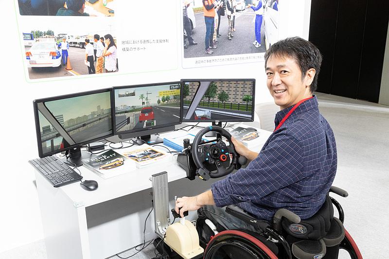 3画面のモニターと専用PC、運転評価ソフト、(手動)運転装置からなる、簡易型4輪ドライビングシミュレーターの「Honda セーフティナビ」