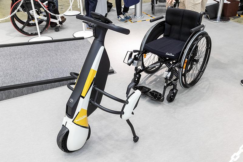 手動式車いすの前に取り付けることで、小型コミュニティEVに!