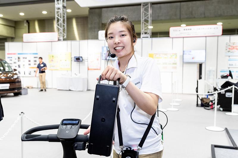 バッテリーは電動アシスト自転車に使われるものと、ほぼ同じサイズの取り外しが可能なものがステアリング下に装着される