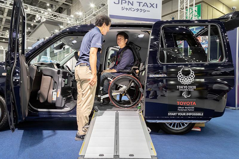 車いすに乗ったままでジャパンタクシーを利用するには、乗降スロープを設置する左側にかなりのスペースが必要になる。そういうことを車いす利用者側が事前に知っておくと、よりスムーズに利用できるはず