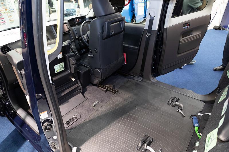 助手席も前に折りたためるので、車いす搭載レイアウト時のジャパンタクシーの車内はかなり広く感じる
