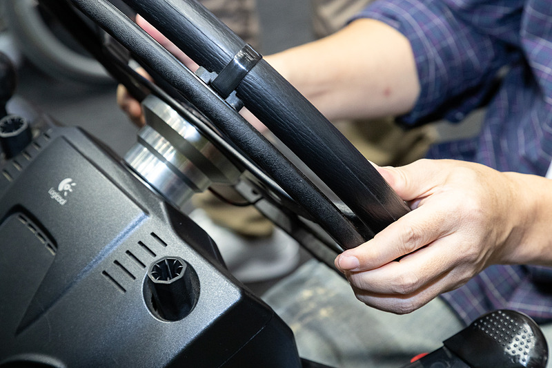「916R Ghost」は両手でステアリングを保持したまま、アクセルとブレーキを操作可能