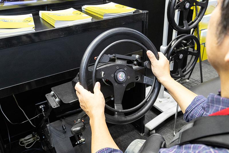 アクセルとブレーキが別々の入力系統なので、スポーツドライビング向きの印象をもつ「906GV 907」