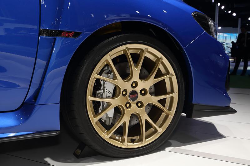 ゴールド塗装のBBS19インチアルミホイール+シルバー塗装のブレーキキャリパー(フロント)