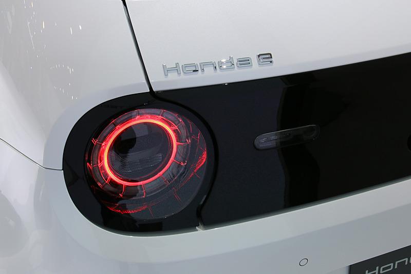ヘッドライトとリアコンビネーションランプはデザインをコーディネート。リアハッチの左側リアコンビネーションランプ上に車名ロゴを設定