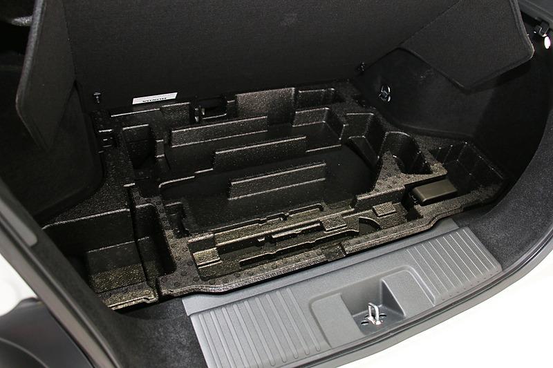 ラゲッジスペースのフロア下には工具などの収納スペースを設定