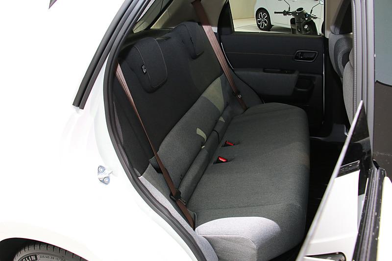 リアシートには2人分のヘッドレストとシートベルトを用意。カッパー系の色味が与えられたシートベルトが内装のアクセントとなっている