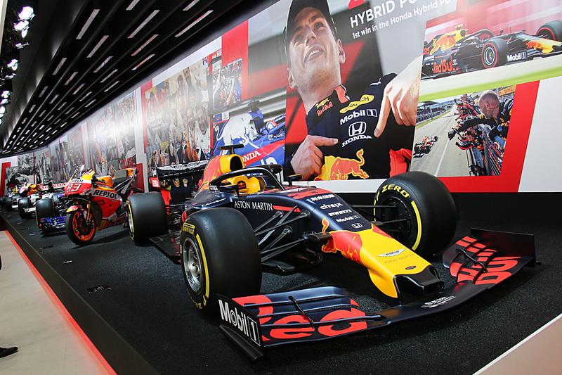 新旧のレースマシンも展示されている