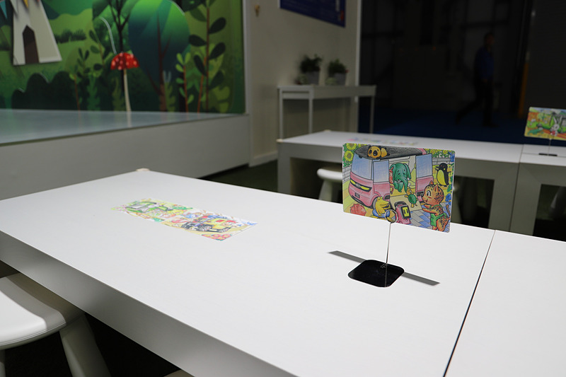 ブース内から絵はがきを送ることができるほか、子供向けのぬり絵コーナーも設置