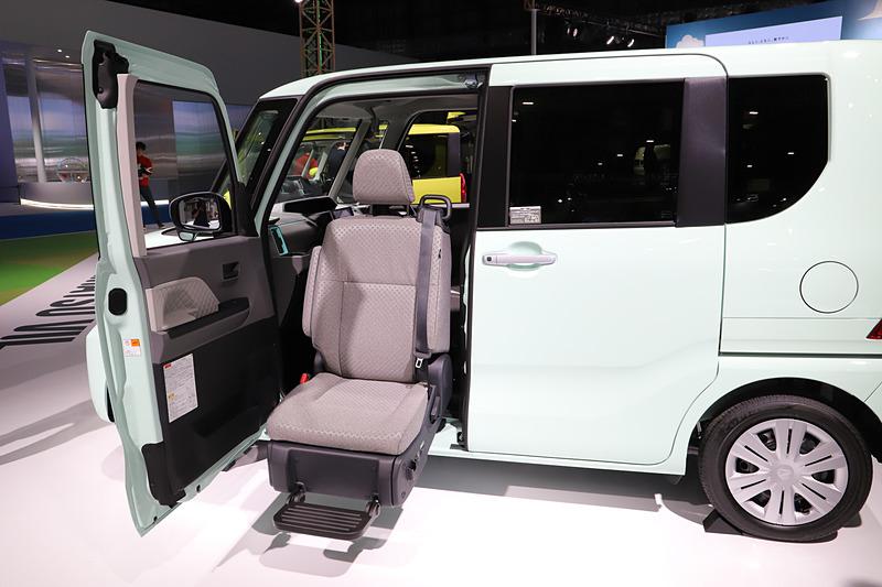 昇降シート車。ピラーレスの特徴を生かし、少し後ろに助手席を動かして車両の中央から座席を外に出し、足下を広くとれるようにしている。また、スペースの限られる場所では、助手席側だけを開けて助手席を回転させることも可能