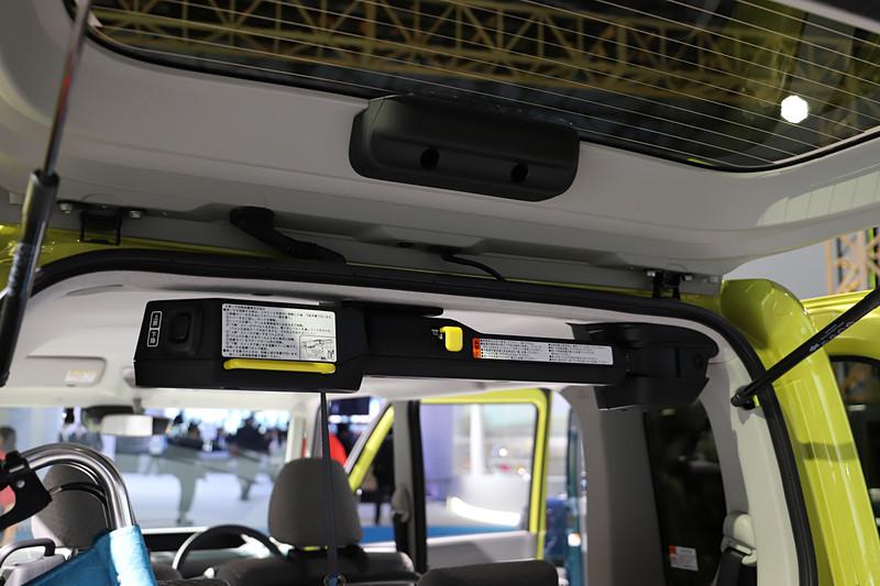 車いすをラゲッジに載せられるターンシート車。タントの特徴でもある室内高の高さを生かし、パワークレーンを天井側に取り付けることで、車いすを載せない場合でもラゲッジスペースを損なうことなく利用できる