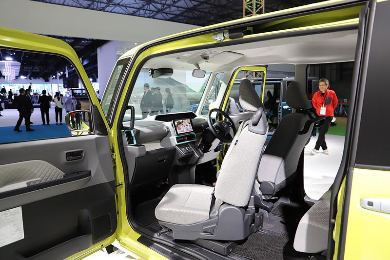 ディーラーオプションのステップやグリップを装着することで、より楽に乗り降りができるようになるという。助手席は、シート下部のレバーでグリップをつかみやすい位置まで操作可能
