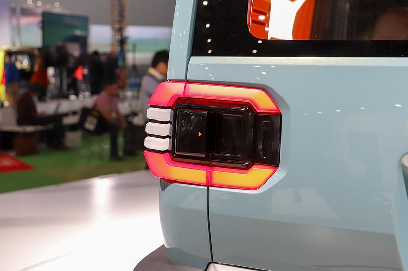 ラゲッジにアクセスするためのノブは助手席側リアランプ中央に隠されたようなデザイン