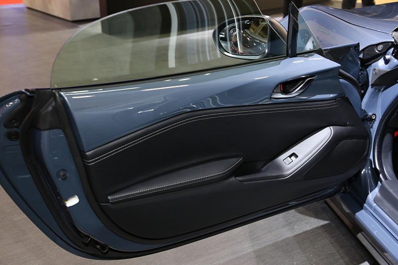 ロードスターの商品改良モデル。外装色にポリメタルグレーメタリックが追加され、幌の色もグレーが選べるようになった。グレーの幌を装備した車両は、国内で特別仕様車の「SILVER TOP」として設定される