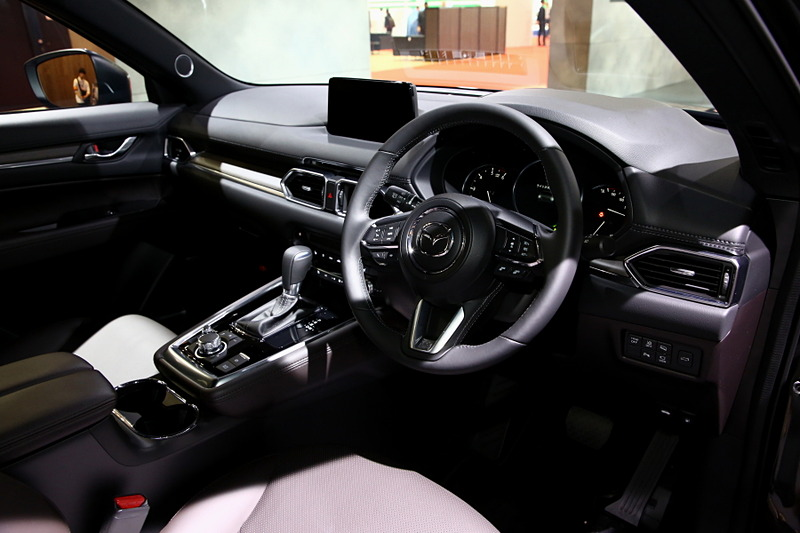 CX-8の特別仕様車となる「Exclusive Mode」。2列目シートに電動スライド&リクライニングとベンチレーション機能を持たせて快適性を向上させている。細かい改良だが、塗布型制振材の採用によって雨粒がルーフを叩く音を軽減している