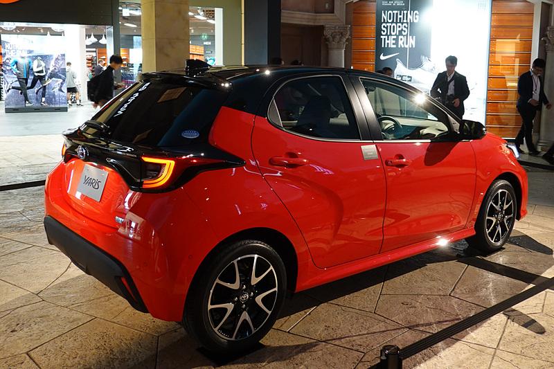 新型車「ヤリス」は、無料エリアのヴィーナスフォート に展示。ボディカラーはコーラルクリスタルシャイン/ブラックの2トーン