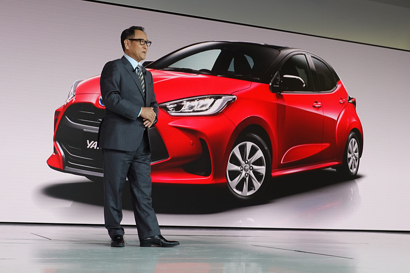 プレスカンファレンスで新型車「ヤリス」をスライドで紹介するトヨタ自動車株式会社 代表取締役社長 豊田章男氏