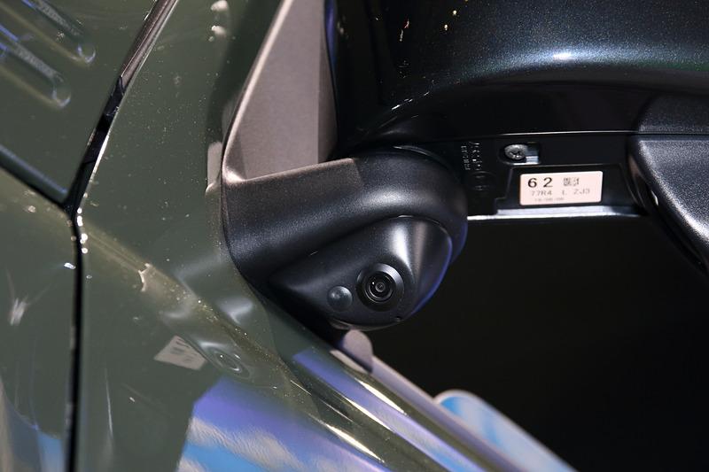 サイドミラーの付け根にサイドカメラを装着。そのためミラーをたたんだ状態でも変わらずサイドの映像を見ることができる