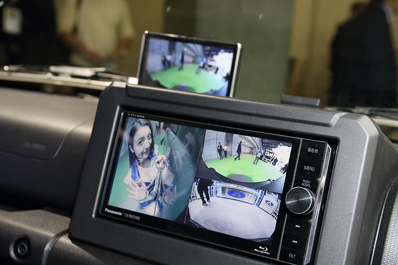 マルチカメラスプリッターによってフロント、サイド、リアのカメラ映像を1画面で表示できる