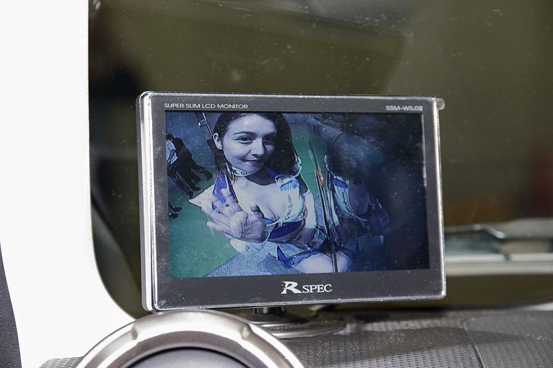 コンパクトなディスプレイによってサイドカメラの映像だけを映すような使い方もできる