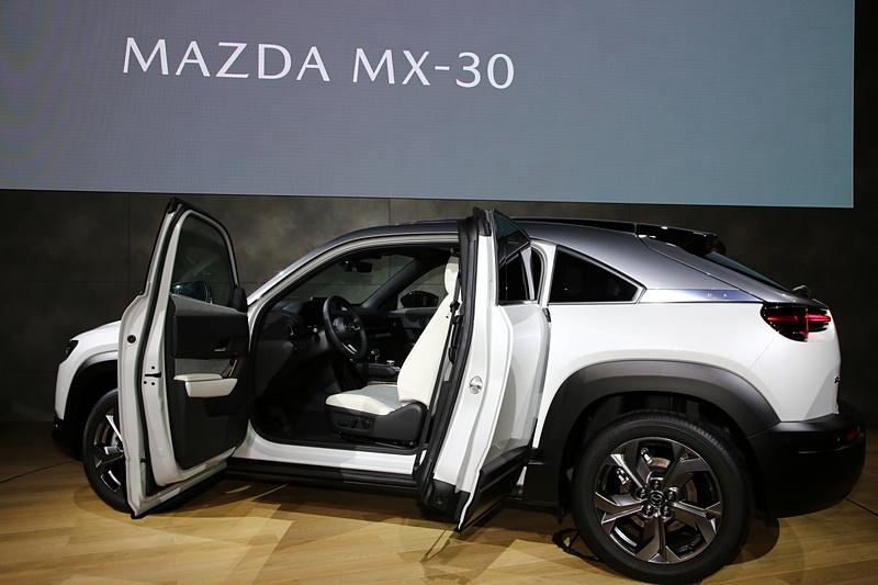 MX-30の特徴であるフリースタイルドア。乗降性の向上やスペースの有効活用などメリットは数多くある