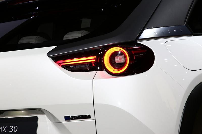 新世代のラインアップでも用いられている魂動デザインの「Car as Art」という表現。加えてMX-30ではヒューマンモダンをデザインコンセプトにしている