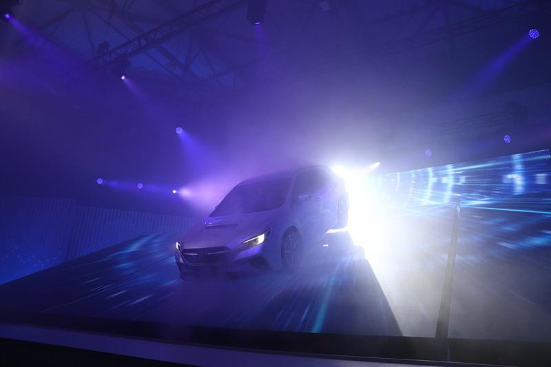 レーザー光線などを使った華やかな光の中でアンベールされたレヴォーグ プロトタイプ