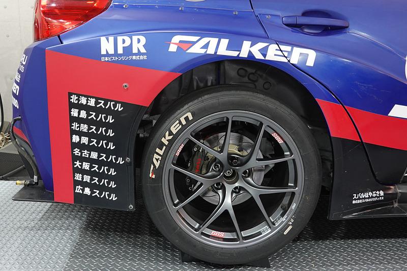 全国各地のスバルディーラーメカニックが88号車 SUBARU WRX STIのニュル参戦を支えた。リアフェンダーには、2019年の参加ディーラーの名前が刻まれる