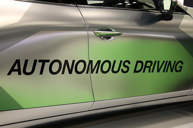 ボディ側面に「xAUTO」「AUTONOMOUS DRIVEING」のロゴが入っている