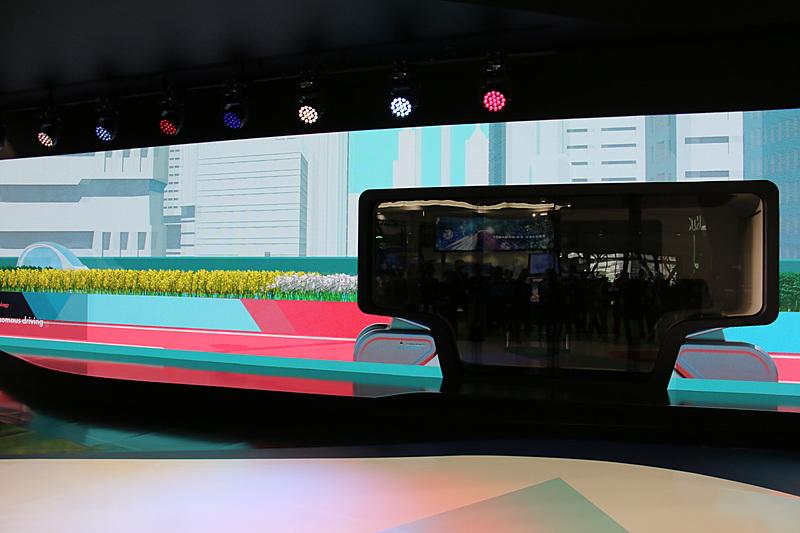 EMIRAI Sの周囲に大画面ディスプレイを設置。映像とEMIRAI Sによって部分自動運転(自動運転レベル5未満)が普及した社会での各種MaaSサービスを紹介していく