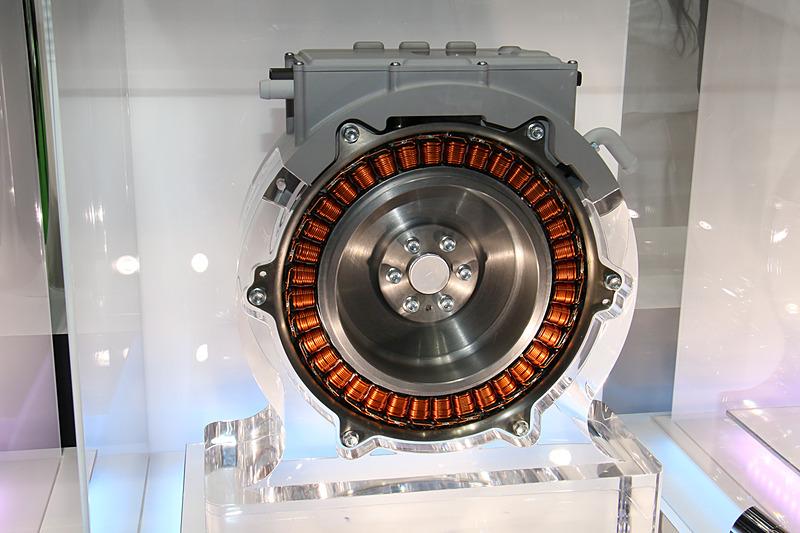 48Vシステム向けのISG。エンジン出力軸直結型で、独自の分割コア巻線技術で高出力化と薄型化を両立する