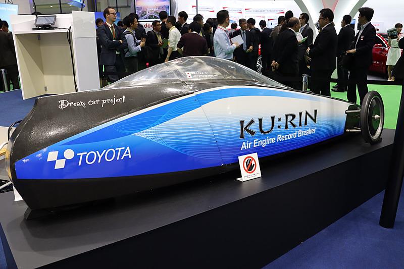 豊田自動織機ブースで展示された空気エンジン車の「KU:RIN」。モーターでも内燃機関でもない空気エンジンという新しい動力を採用している
