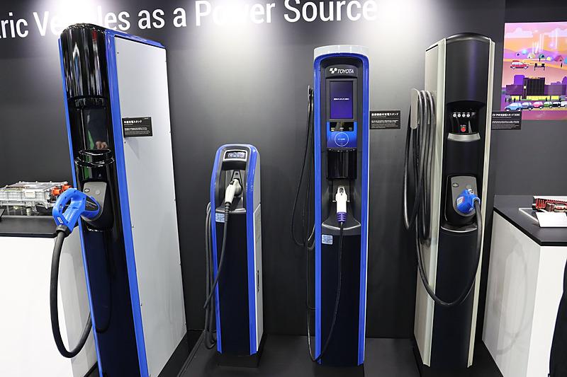 EVやPHV用充放電スタンド(V2H、右端)や、通信機能付き充電スタンド(中央)などを展示
