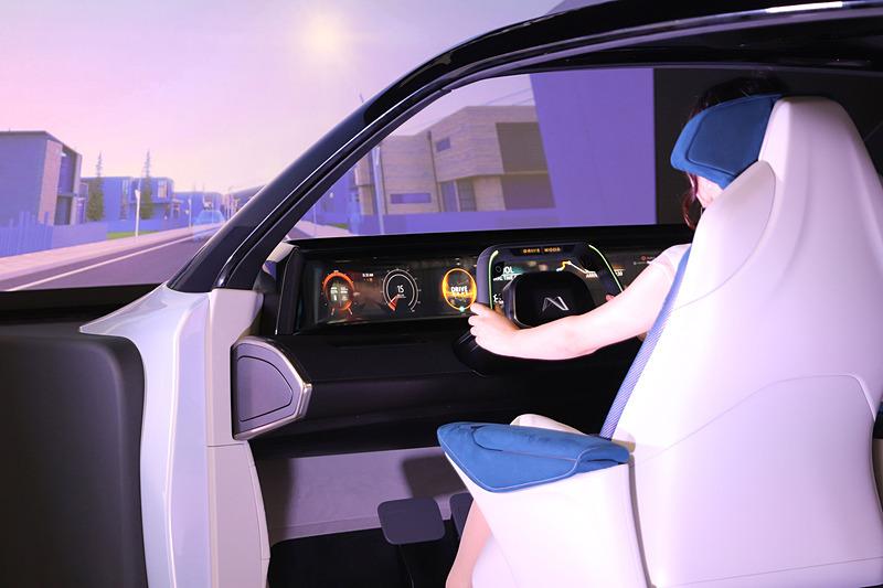 ドライバーが眠くなりそうなときは年代に合わせて懐かしい音楽を流し、集中力を維持させる眠気抑制システムを搭載