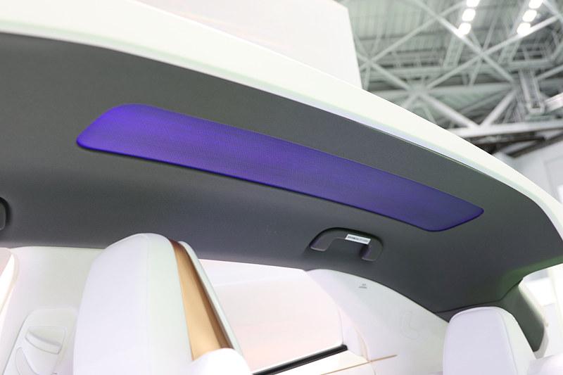 光ファイバを織り込んだ加飾天井。昼間と夜間で異なる室内光で車内を照らす