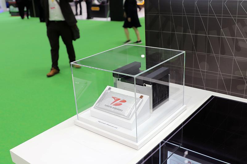 トヨタ紡織のリチウムイオン電池。出力は他社製品に比べて最大で約8倍に達するという