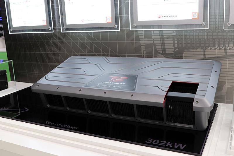 トヨタ紡織の電池が持つ、高出力・低発熱という特性を活かしたという空冷電池パック