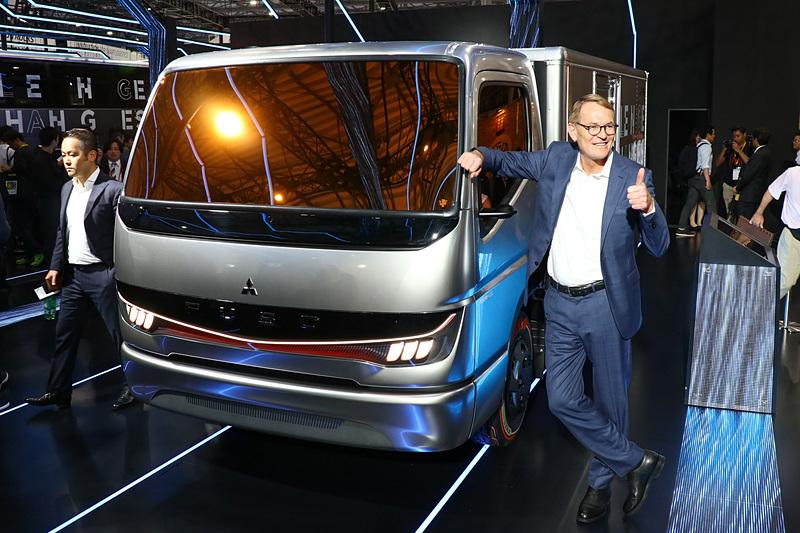 プレスカンファレンスにおいて「Vision F-CELL」を発表した三菱ふそうトラック・バス株式会社 代表取締役社長のハートムット・シック氏