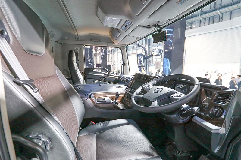 スーパーグレートは運転席に座ることができる