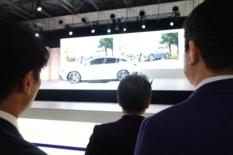 元経済産業大臣 世耕弘成氏もスバルブースを視察に訪れた。「レヴォーグ プロトタイプ」のステージをiPhone 11 Proでメモ撮影していたのが印象的
