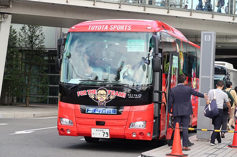 トヨタの企業スポーツ活動のサポートバスも動員されていた