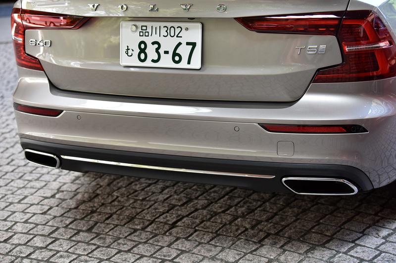 エクステリアは重心の低いワイド&ローのフォルムのほか、他モデルと同様の「トールハンマー」デザインなどを踏襲。リアはCシェイプのコンビネーションランプで角張ったイメージを演出する。装着するコンチネンタル「PremiumContact 6」のタイヤサイズは235/40R19
