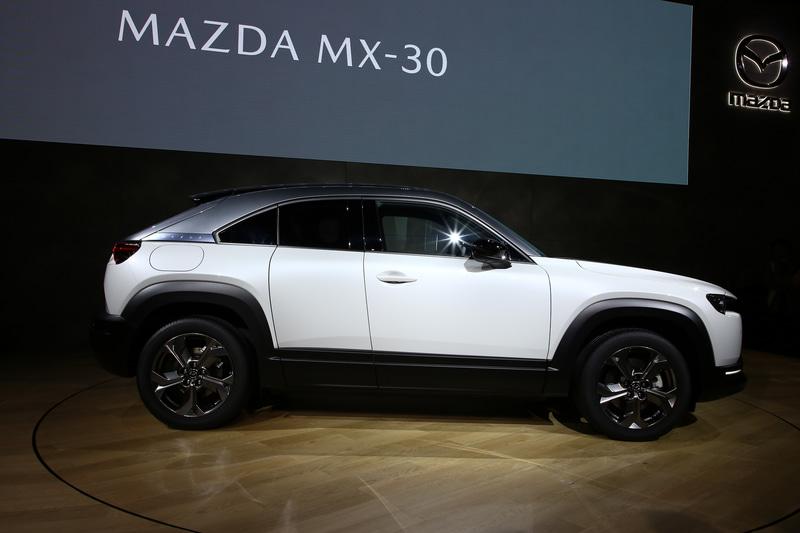 MX-30はマツダのデザインテーマ「魂動」をさらに飛躍させたモデル。MAZDA3や「CX-30」で象徴となっているボディサイドのリフレクションや、カーラインアップの象徴となるシグネチャーウイングを用いていない。それでもマツダ車だと分かるデザインに仕立てた