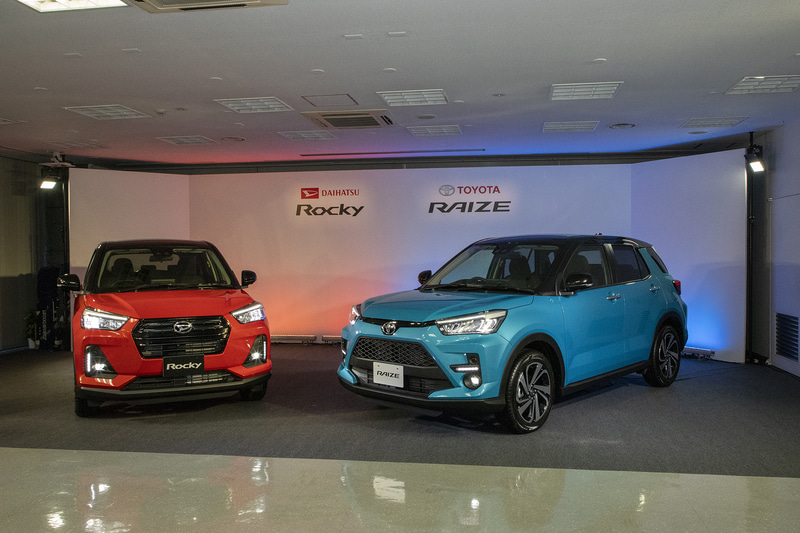右手側がトヨタ自動車の新型コンパクトSUV「ライズ」。2台並んだのは今回が初となる