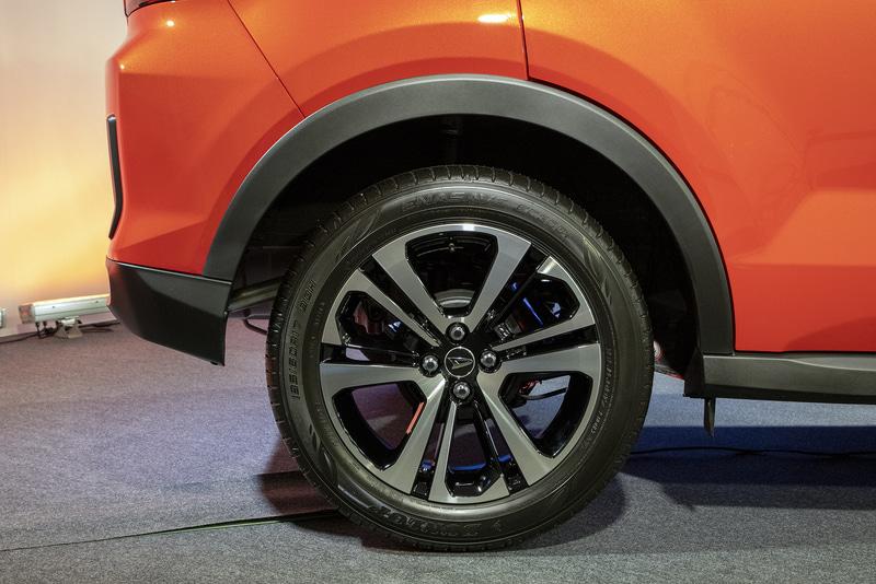ロッキーのリアアルミホイール。タイヤサイズはフロントと同じく195/60R17。Xグレードではデザインが異なる16インチアルミホイールで、Lグレードでは16インチスチールホイールとなる。16インチホイールを装着するモデルのタイヤサイズは195/65R16
