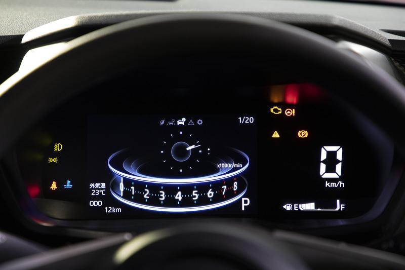 アクティブ マルチ インフォメーションメーターの「先進」デザイン表示。サブの表示モードではすべて時計を出しているが、ここの表示も瞬間燃費やACC動作画面などから選択が可能