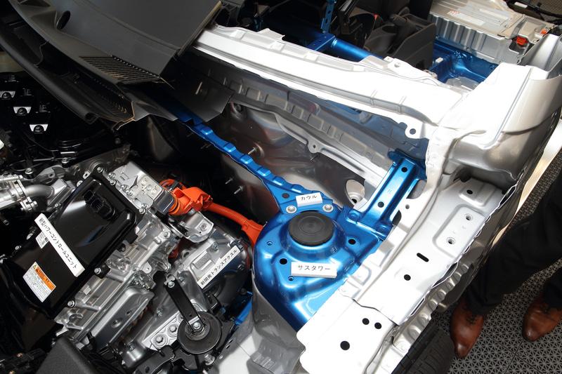 新型ヤリスではコンパクトカー向けに新開発された「GA-Bプラットフォーム」を採用。新構造を採用した部分が青い個所で、結合部分の強化、スポット溶接の舵点数増加などでボディ骨格を強化したという