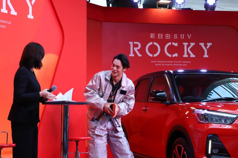 """窪田さんは""""車レポ""""をすることになると「めっちゃ緊張する。手汗をかいてきた」と言いつつも、しっかりとロッキーのよさをアピール"""